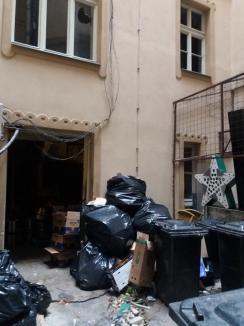 Ne enervează: Mizeria provocată de cluburile Lord's și Edison în curtea Palatului Vulturul Negru din Oradea (FOTO / VIDEO)
