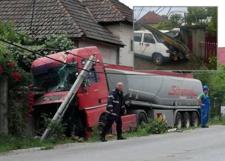 Şoferii groazei: Un bărbat a intrat cu cisterna în casa unui localnic din Sudrigiu, altul a băgat duba într-o poartă din Uileacu de Criş