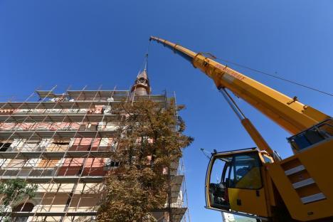 Coiful Palatului Episcopal greco-catolic a fost montat la 25 metri înălţime, în prezenţa episcopului Virgil Bercea (FOTO / VIDEO)
