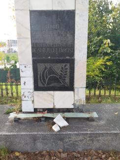 Glorie veșnică... Monumentul închinat ostașilor căzuți în luptele pentru eliberarea Oradiei, distrus de nepăsare (FOTO)