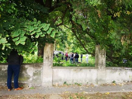 Scene macabre în Valea lui Mihai: Un bărbat a fost găsit mort, cu gâtul tăiat, într-un parc (FOTO)