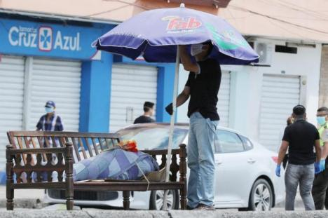 Oraşul doborât de coronavirus:Cadavrele zac abandonate pe străzi şi pe jos în spitale (FOTO / VIDEO)