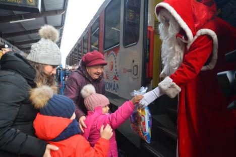 Moș Crăciun a venit cu trenul la Oradea: Sute de copii și părinți l-au așteptat cu sufletul la gură (FOTO / VIDEO)