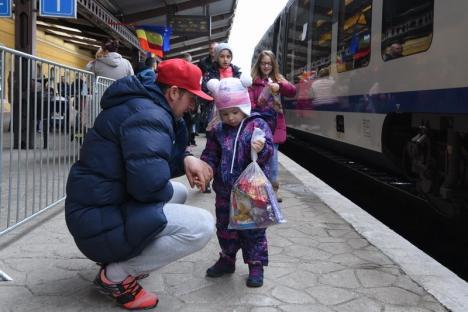 'Moşule, eşti magic?' Moș Crăciun a sosit cu trenul în Oradea, a împărţit daruri şi s-a plimbat cu autobuzul turistic (FOTO / VIDEO)