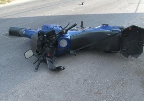 Un motociclist orădean a ajuns în stare gravă la spital, după ce a intrat cu motorul într-un cap de pod