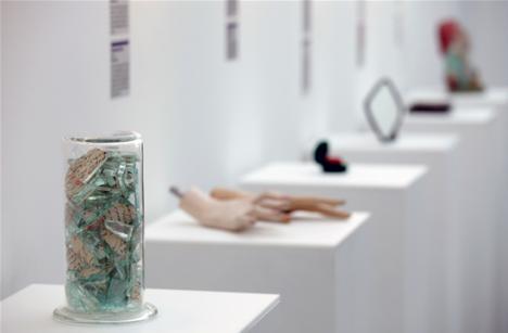 Topoare, chiloţi şi jucării de pluş în Muzeul Relaţiilor Eşuate