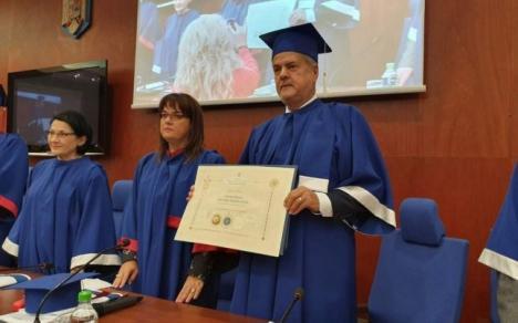 Condamnat lăudat. Adrian Năstase a fost făcut doctor honoris causa la Arad