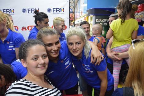 Amintiri cu handbalistele: Orădenii s-au pozat cu fetele din echipa naţională de handbal (FOTO/VIDEO)