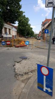 Obligatoriu prin gropi! Devierea traficului prin centrul Oradiei se face pe drumuri distruse