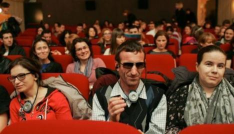 Caravana Filmului Accesibilizat pentru Nevăzători ajunge, joi, la Oradea