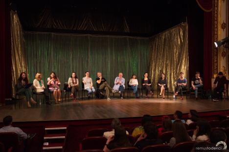 Vizită în Oradea: Autoarea britanică Nicola Wilson, încântată de felul în care piesa 'Noduri şi plăci' a fost pusă în scenă la Teatrul Regina Maria