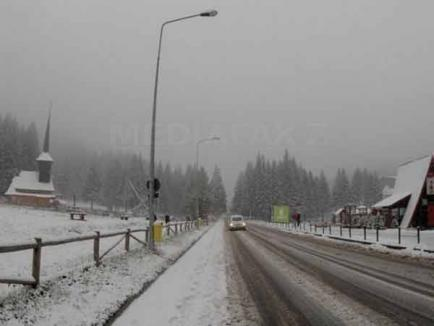 Iarnă la mijlocul lui aprilie: Mai multe drumuri închise din cauza zăpezii