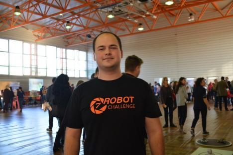 Noaptea Cercetătorilor la Universitatea din Oradea: Vedetele expoziţiei au fost un roboţel care imită oamenii şi o cutie 'magică', unde apa... urcă (FOTO/VIDEO)