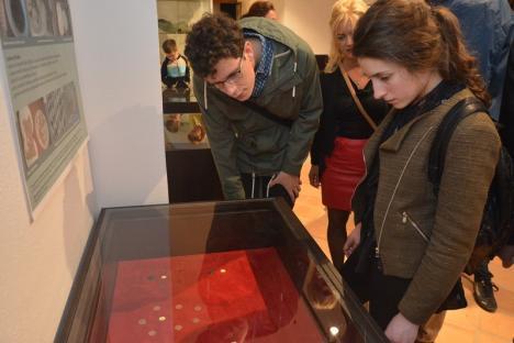Noaptea muzeelor a atras un număr record de vizitatori în Oradea. Cozi de zeci de metri la noul sediu al MȚC (FOTO)