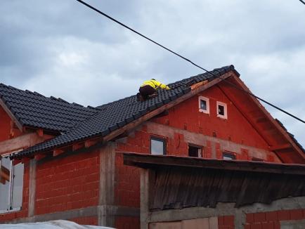 Prăpăd după furtună, în Bihor: Zeci de case cu acoperişuri distruse, copaci puşi la pământ şi inundaţii (FOTO / VIDEO)
