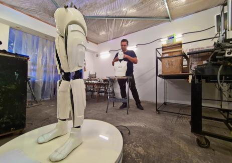 Tatăl roboților: Un orădean care face roboți pentru parcuri de distracții a realizat o mână bionică funcțională! (FOTO / VIDEO)