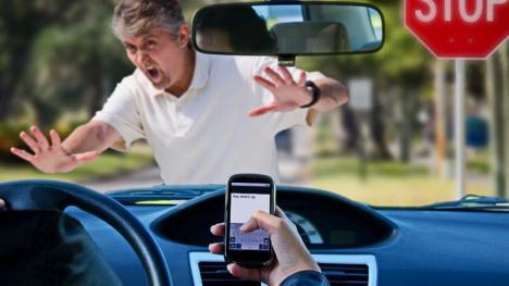 Noi sancțiuni în Codul Rutier: șoferii care țin în mână telefonul vor fi amendați