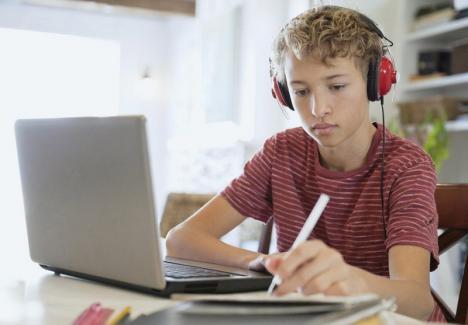 Se poate face şcoală la distanţă? Un sociolog din Oradea a aflat că profesorii se simt nepregătiţi şi nu pot păstra legătura online cu toţi elevii lor