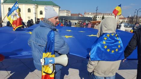 'Treceţi batalioane române Carpaţii': Protestatarii orădeni au predat în Piaţa Unirii steagul UE colegilor din Cluj (FOTO / VIDEO)