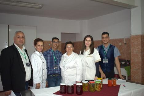 """Un grup de foşti beneficiari ai centrelor de plasament și elevi de la """"Mihai Viteazul"""" au pus murături pentru copii şi bătrâni, în scop caritabil"""