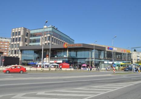Jandarm atacat cu pietre, în parcarea Oradea Plaza. Agresorul a fost imobilizat cu ajutorul unui trecător