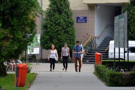 Incident în campusul Universităţii: un student agitat l-a izbit pe fostul prorector Teodor Jurcuţ