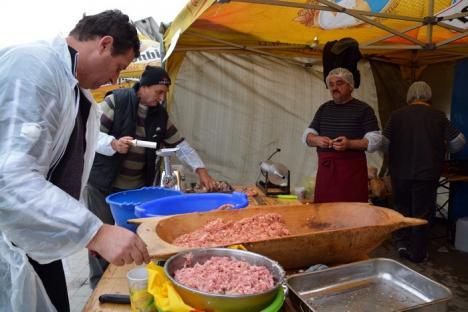 Sărbătoare la Oşorhei: Consilierii locali au pregătit toroş, cârnaţi şi caltaboşi pentru localnici (FOTO)
