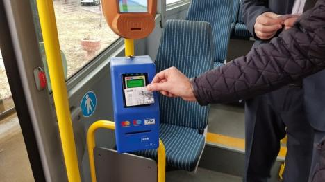 Plată din mers: Oradea este al doilea oraş din România în care călătoriile cu tramvaiele şi autobuzele se pot plăti cu carduri contactless (FOTO / VIDEO)