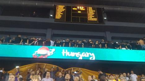 Gesturi nesportive la EuroBasket 2017: Suporteri români au ars steagul Ungariei şi s-au întors cu spatele în timpul imnului (FOTO)