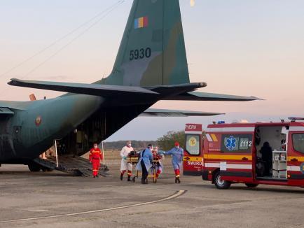 5 pacienţi Covidîn stare gravă, aduşi la Oradea cu un avion Hercules, pentru a fi transferaţi de SMURD în Ungaria (FOTO / VIDEO)