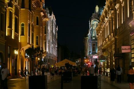 Strălucește! Iluminatul arhitectural de pe palatul Apollo din Oradea a fost pus în folosință (FOTO)