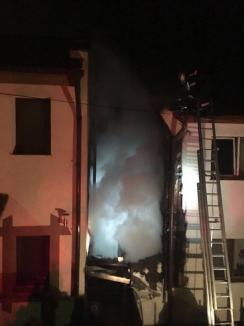 Incendiu puternic în Paleu: Magaziile dintre două case au luat foc, din cauza unui coş de fum (FOTO)