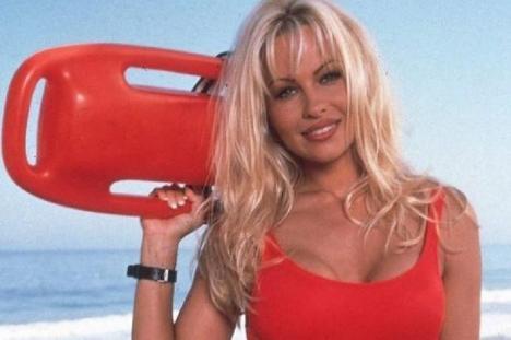 Pamela Anderson este așteptată la Arad