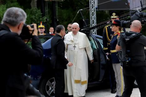 Prima zi a Papei Francisc în România. A circulat cu Loganul şi a adus un omagiu sacrificiului 'fiilor şi fiicelor României' din străinătate (FOTO / VIDEO)