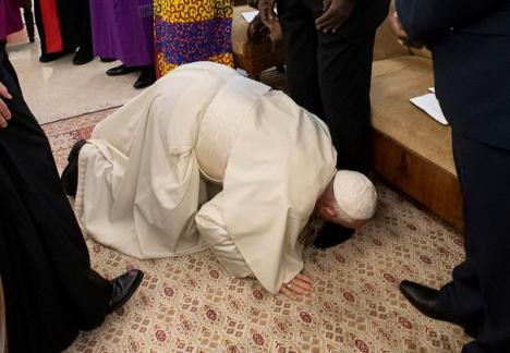 Gest extrem al Papei Francisc: A sărutat picioarele liderilor din Sudanul de Sud cerându-le pace (VIDEO)
