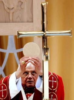 Papa, acuzat că a acoperit un preot american care a abuzat sexual 200 copii