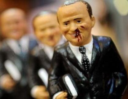 A apărut păpuşa care îl înfăţişează pe Silvio Berlusconi ştirb şi plin de sânge