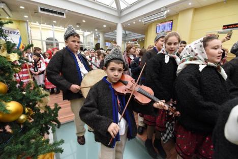 Parada costumelor populare: Peste 300 de copii din mai multe județe au colindat prin centrul Oradiei (FOTO / VIDEO)