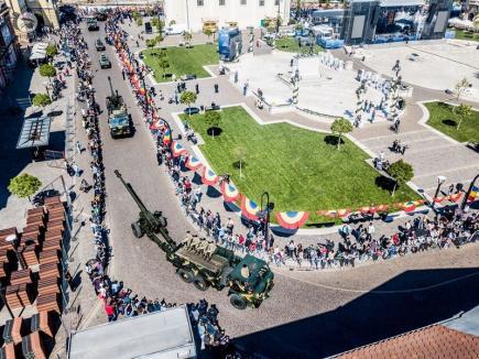 Centenar din dronă: Cum s-a văzut din aer parada militară organizată în centrul Oradiei (FOTO)
