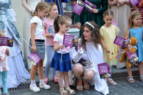 Festivalul de Teatru Arcadia, promovat printr-o paradă a păpuşilor şi personajelor de basm (FOTO)