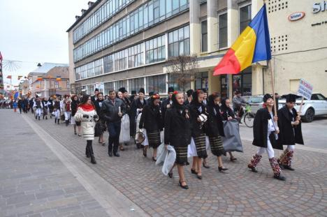 'Asta-i datina străveche': 350 de copii, în straie tradiționale, au colindat pe străzile Oradiei (FOTO/VIDEO)