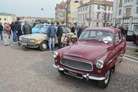 Paradă în Piaţa Unirii: 28 de maşini de epocă au fost admirate de orădeni (FOTO)
