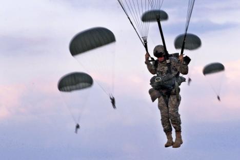 12 paraşutişti americani, răniţi într-un exerciţiu militar de la Câmpia Turzii
