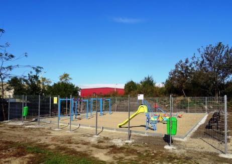 Pentru copii şi căţei. Primăria a amenajat un nou loc de joacă în strada Secarei