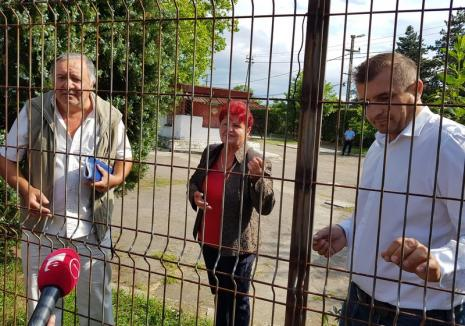 Descinderi cu mascaţi şi executor în parcarea de la intrarea în Băile Felix. După un proces de 20 de ani, terenul a fost preluat, oficial, de Primăria Sânmartin (FOTO / VIDEO)