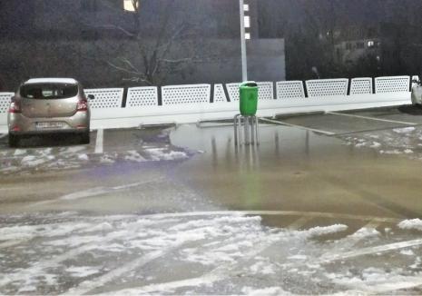 Sub apă! Parcarea supraetajată de la Spitalul Municipal din Oradea s-a transformat în patinoar (FOTO)