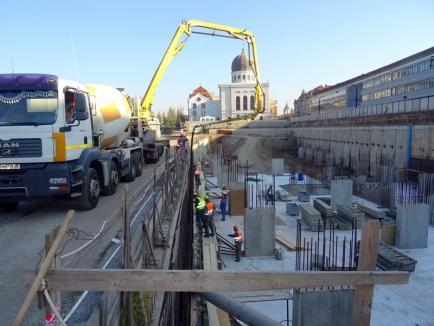 Constructorii au început turnarea pereţilor parcării subterane din centrul Oradiei (FOTO)