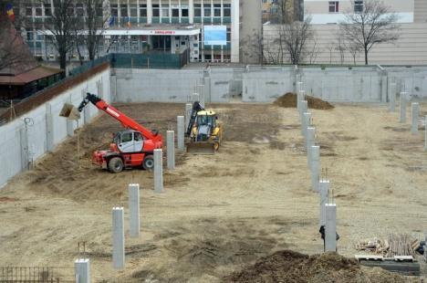 În grafic. Constructorul hidroizolează pereţii parcării subterane din Rogerius (FOTO)
