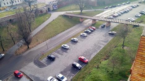 Ne enervează: Indicatoarele de parcare din Piaţa Cetăţii se bat cap în cap (FOTO)