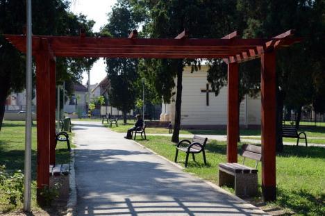 Bolojan face concesii maghiarilor: Parcul Mihai Viteazul redevine Olosig, iar străzile vor fi marcate în trei limbi